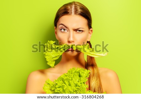 Pretty cheerful young woman posing with fresh green lettuce leaves. Healthy eating concept. Dieting. Foto stock ©
