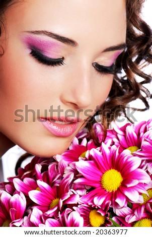 Красив грим Stock-photo-pretty-young-woman-portrait-with-chrysanthemum-20363977