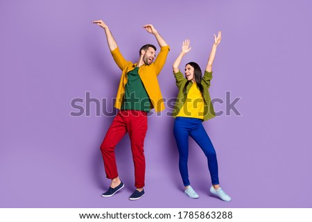 Private party. Full length photo of pretty lady handsome guy chilling home quarantine rejoicing listen music dancing happy together wear shirts pants shoes isolated purple color background Foto stock ©