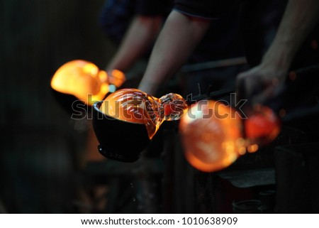 Process of shaping glass during handmade production