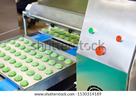 Production of confectionery on the conveyor