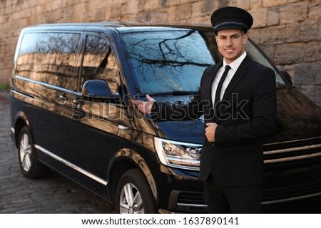 Professional driver near luxury car on street. Chauffeur service Foto stock ©