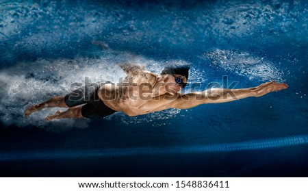 Professional man in swimming pool. View underwater Photo stock ©