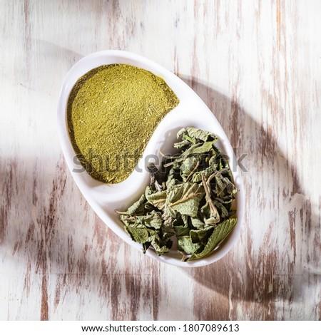 Pronto Alivio leaves and powder on the table, Lippia Alba Foto stock ©