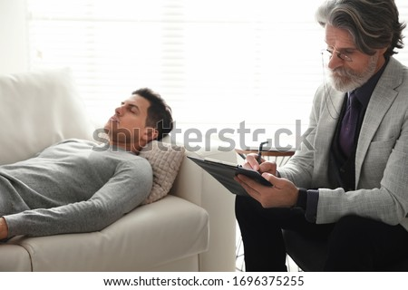 Psychotherapist and patient in office. Hypnotherapy session Foto stock ©