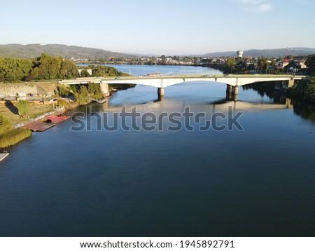 Puente calle - calle, Valdivia Chile, otoño, Rio Foto stock ©