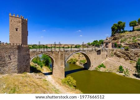 Puente de Alcántara, a Roman arch bridge across the Tagus River in Toledo, Spain Foto stock ©