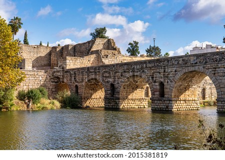 Puente Romano, the Roman Bridge in Merida, Extremadura, Spain. It is the longest surviving Roman bridge, over the Guadiana River in Merida. In the background we see the Alcazaba. Foto stock ©