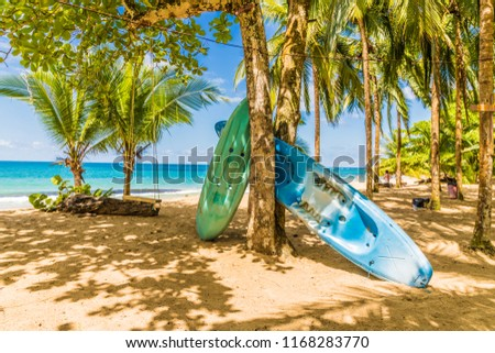 Punta Uva, Puerto Viejo, Costa Rica. March 2018. A view of canoes on the beach at Punta Uva in Costa Rica Foto stock ©