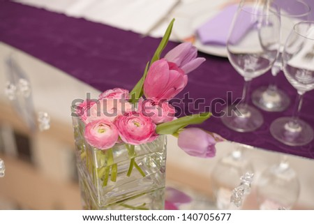 Purple wedding table decoration with pink flower