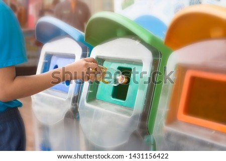 Put trash in trash by the classification of garbage. environmental safe concept Foto stock ©
