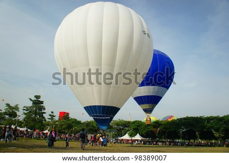 PUTRAJAYA,MALAYSIA-MAR 16:Tethered hot air balloon rides for visitor at the 4th Putrajaya International Hot Air Balloon Fiesta Mar 16, 2012 in Putrajaya.More than 300,000 people visit this event.