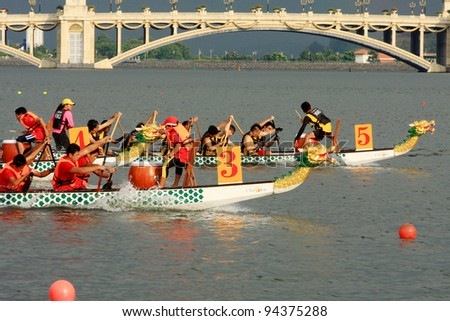 PUTRAJAYA, MALAYSIA - OCTOBER 21: Unidentified teams participate in IDBF Cancer Survivors World Cup 2011 & Malaysia International Dragon Boat Festival 2011 in Putrajaya, Malaysia on October 21, 2011.