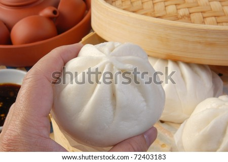 Puts out the steamed stuffed bun from the  bamboo cage