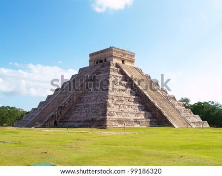 Pyramid Kukulkan temple. Chichen Itza. Mexico