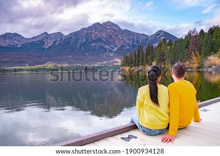 Pyramid Lake, Jasper National Park,Canadian Rocky Mountains Alberta, Canada. Canadian Rockies, couple on vacation in Canada Foto stock ©