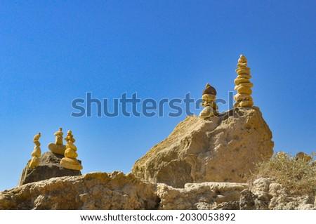 Pyramids and stones in olhos d' água beach Stok fotoğraf ©