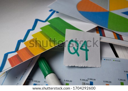Q4 4th Quarter Period write on sticky notes isolated on Office Desk. Stock market concept Foto stock ©