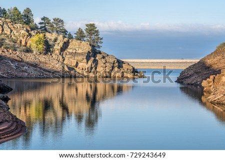 quiet afternoon on a mountain lake - Horsetooth Reservoir near Fort Collins, northern Colorado Photo stock ©