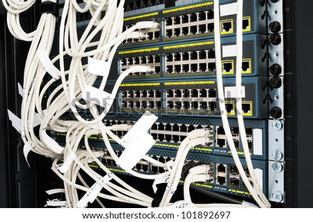 Rack mounted network equipment with cross patch-cords