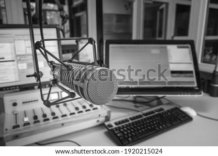 Radio station studio. Professional microphone, audio console and computer screens Foto stock ©