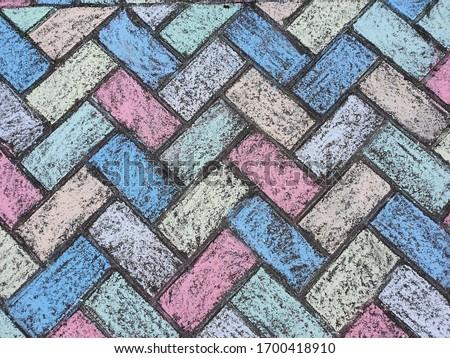Rainbow art. Vibrant rainbow chalk art. block paving coloured in multicoloured chalk. Kids art projects.  Foto stock ©