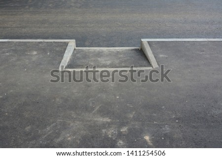 Ramp for exit of sidewalks. Ramps and sidewalks for the disabled and wheelchair users. Renovation of the road. New asphalt pavement. Foto stock ©