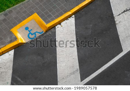 ramp for the disabled with traffic lines on the pavement, disability ramp concept Stockfoto ©