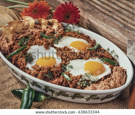 Ranch fried eggs with shredded beef  Mexican fried eggs with dry beef called Machaca  Foto stock ©