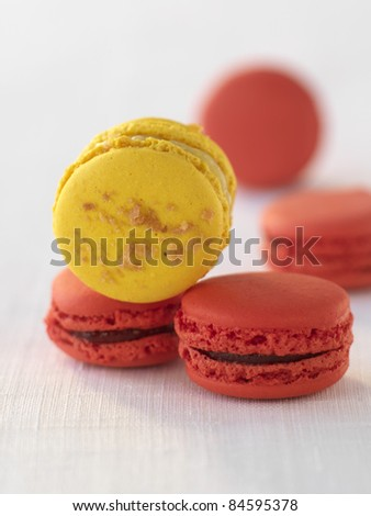 Raspberry macaroons and lemon-Gavotte macaroon