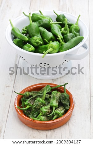 raw   fried spanish padron peppers, pimientos de padron Foto stock ©