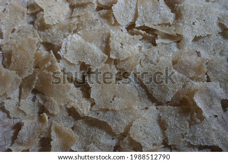 Raw kerupuk gendar (puli, kerupuk beras, Lempeng Puli) with a natural background. Kerupuk gendar made of used rice (rice cracker) Zdjęcia stock ©