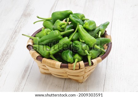 raw spanish padron peppers, pimientos de padron Foto stock ©