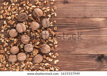 Raw walnut whole and kernels on an old rustic wooden table Foto d'archivio ©