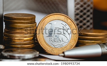 Real Currency, Money from Brazil. Coin, Reais, Real, Brasil. A group of Brazilian coins on a wood object. Close-up photo. Finance and Brazilian economy concepts. Foto stock ©