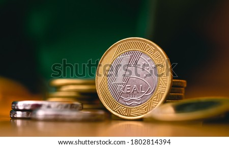 Real Currency, Money from Brazil. Dinheiro, Brasil, Reais, Moedas. Brazilian coins in close-up. Economia Brasileira, investimentos, renda. Foto stock ©