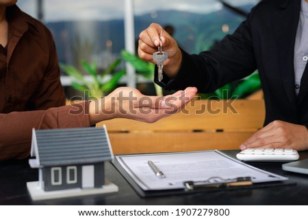 Real estate agent hand over the keys And congratulate buyers after giving buyers a purchase contract, contract concept Trading houses and real estate Foto stock ©