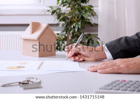 Real estate agents agree to buy a home and give keys to clients at their agency's offices. Concept agreement #1431715148