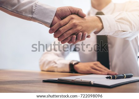 Real estate broker agent and customer shaking hands after signing contract documents for realty purchase, Bank employees congratulate, Concept mortgage loan approval. Foto stock ©