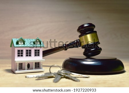 Real Estate Purchase and Sale Transaction Litigation. Sale of Real Property Lawyer. Seller backs out of transaction. House, keys and Mallet of judge in courtroom. Legal excuse and Justice concept.   Foto stock ©