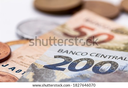 Real, Money from Brazil. Dinheiro, Brasil, Reais, Real Brasileiro. A banknote of 200 reais in close up and brazilian coins in the background. Foto stock ©