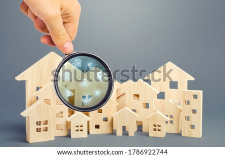 Realtor examines houses through a magnifying glass. Review of the real estate market, search for the best offers based on the criteria of price, location, area, infrastructure. Customer preferences. Zdjęcia stock ©