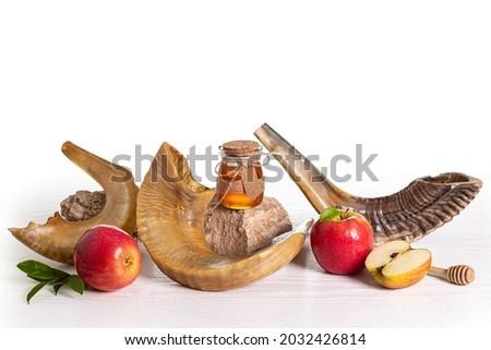 Red apples, Shofar (horn),  honey on white background, Rosh hashanah (jewish New Year holiday). Yom kippur concept. Foto stock ©