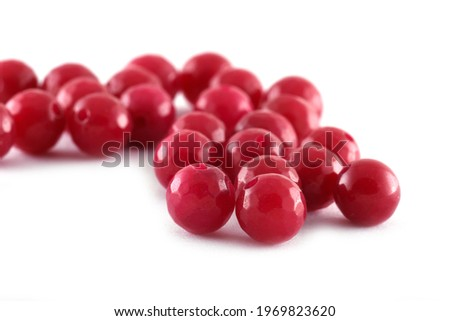 Red Beads spread on white background. Background or texture of beads.Close up,used in finishing fashion clothes. make bead necklace or string of beads for women of fashion,Bead Crochet. Daily Beading. Foto d'archivio ©