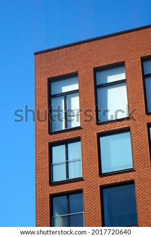Red brick wall of a modern building against bright blue, clear sky on a sunny day. . High quality photo Foto stock ©
