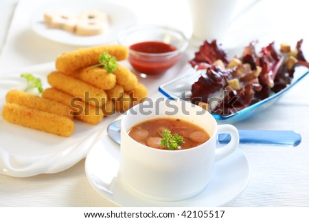 Red cabbage soup with mozzarella sticks and salad