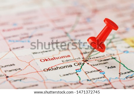 Red clerical needle on a map of the USA, Oklahoma and the Capital of Oklahoma City. Close up map of Oklahoma with red tack, US map pin #1471372745