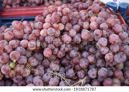 Red globes (Kırmızı üzüm) are on the market bench. Stok fotoğraf ©