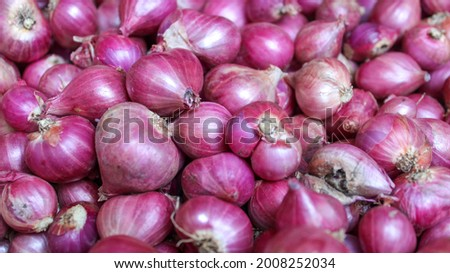Red onions background. A pile of red onions as a background. Full Frame Shot Of Purple Onions. Fresh whole purple onions. Foto stock ©