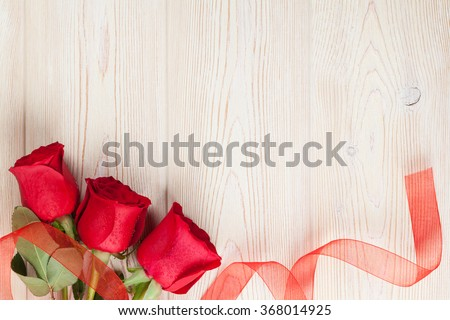 Red roses on wooden background. Valentines day background #368014925